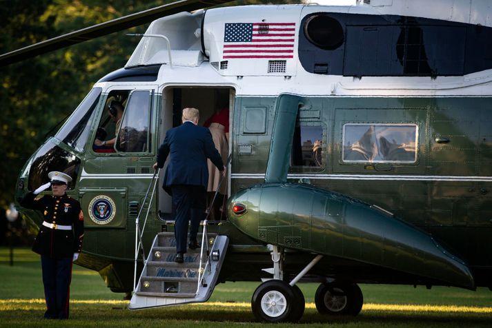 Donald Trump stígur hér inn í forsetaþyrluna er hann hélt til móts við NATO-leiðtogana í Brussel.