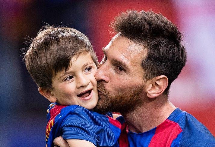 Messi með einum sona sinna, Thiago.