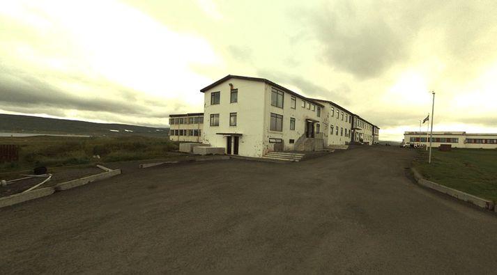Hótelið Reykjanesi þangað sem ýmsir koma við á leið sinni vestur á firði til að skola af sér, fá sér að borða eða gista.