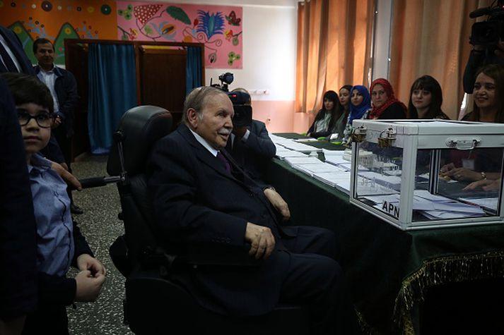 Forsetinn Bouteflika sést hér á kjörstað í þingkosningum 2017.