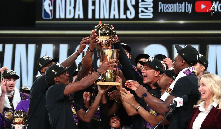 Leikmenn og starfslið Los Angeles Lakers fagna 17. titli félagsins.