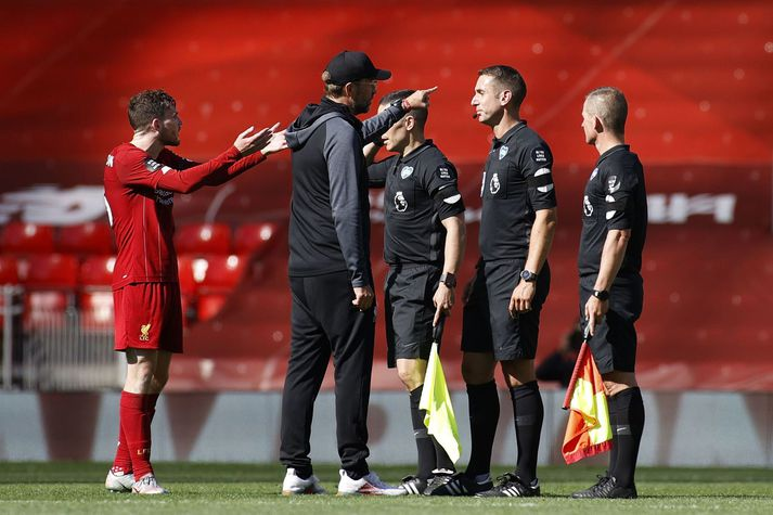 Jurgen Klopp og Andrew Robertson virtu ekki fjarlægðartakmarkanir í leik Liverpool og Burnley í gær.
