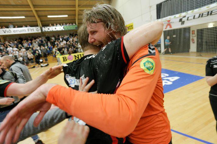 Aron Rafn Eðvarðsson fagnar Íslandsmeistaratitlinum í Kaplakrika.