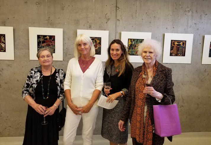 JoAnne, Inga, Anne-Tamara Lorre, sendiherra Kanada, og Mabel við opnun  sýningarinnar. Verk Ingu í baksýn.