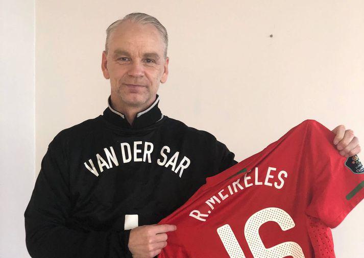 Gunnleifur í treyju Van der Sar og svo heldur hann á treyju Portúgalans Raul Meireles.