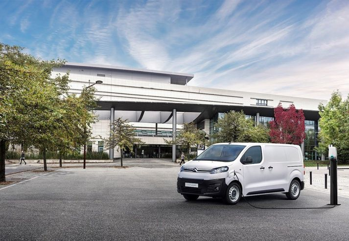 Citroën ë-Jumpy í hleðslu.