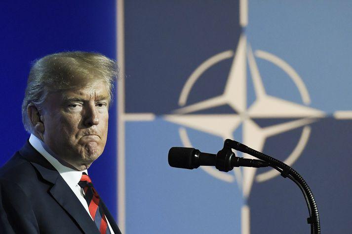 Trump hefur þótt ganga hart fram gegn hefðbundnum bandamönnum Bandaríkjanna á sama tíma og hann hefur lofað harðstjóra eins og Kim Jong-un og Vladimír Pútín. Embættismenn hans vildu forðast að hann hleypti NATO-fundi í júlí í bál og brand líkt og hann gerði á G7-fundi í júní.