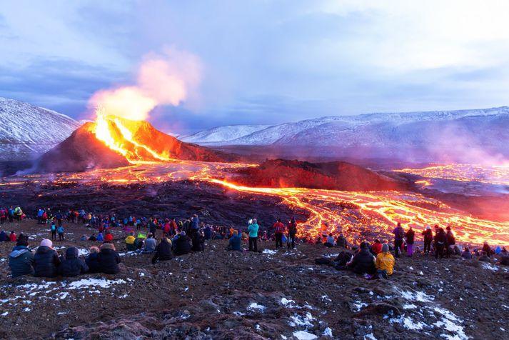 Margir hafa lagt leið sína að eldgosinu í Geldingadölum á Reykjanesi undanfarna daga.