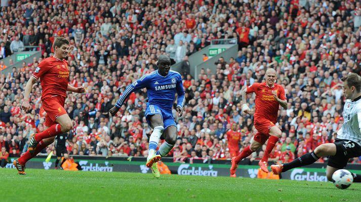 Demba Ba skorar hjá Liverpool á Anfield í apríllok 2014 eftir skelfileg mistök Steven Gerrard.