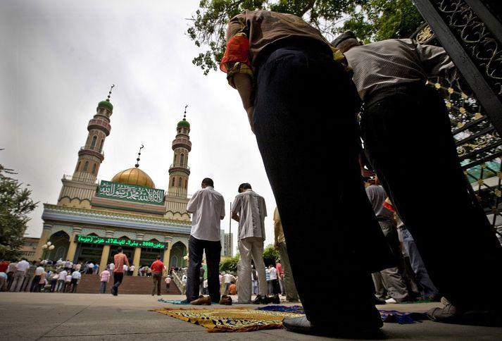 Úígúrar biðja við mosku í Xinjiang.