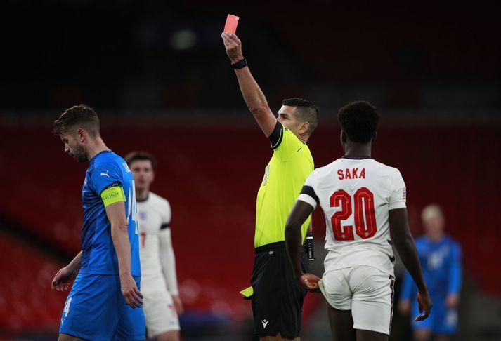 Portúgalski dómarinn Fabio Jose Costa Verissimo lyfti hér rauða spjaldinu á Wembley í gær. Birkir Már Sævarsson var sendur í sturtu en á myndinni er fyrirliðinn Kári Árnason.