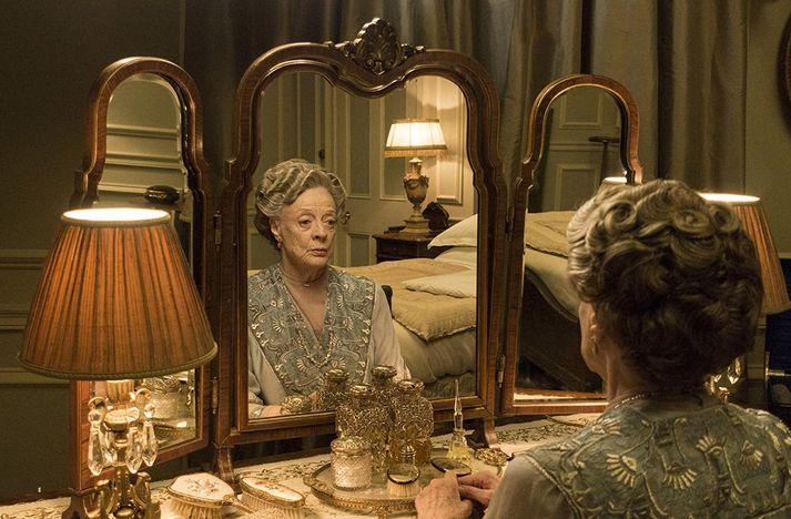 Breska leikkonan Maggie Smith fór með hlutverk hefðardömunnar Violet Crawley í þáttunum.