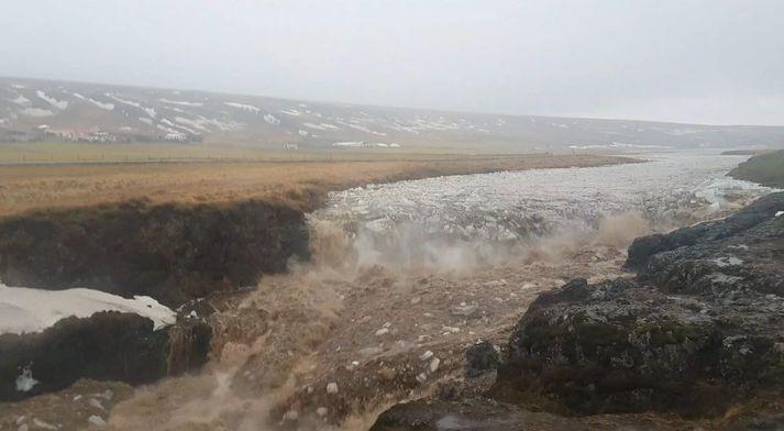 Yfirleitt má sjá friðsælan foss renna niður í Kolugljúfur. Allt annað var á teningnum einn vordag fyrr á árinu.