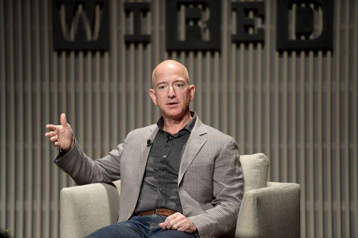 Forstjóri Amazon, Jeff Bezos, segir stjórnendur geta lært mikið af bókum um fólk og ævisögur.