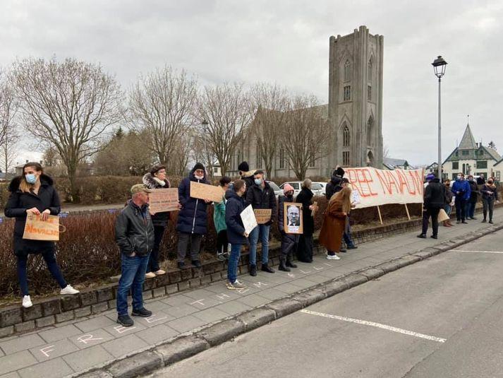 Sumir bera skilti þar sem þess er krafist að Navalní verði látinn laus úr fangelsi.