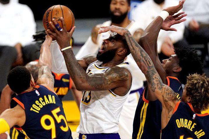 Leikmenn Golden State Warriors reyna hér að stoppa LeBron James í nótt en án árangurs.
