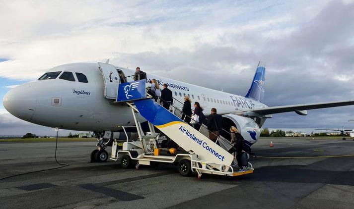 Farþegar á leið til Færeyja ganga um borð í Airbus A319 þotu Atlantic Airways á Reykjavíkurflugvelli í morgun.