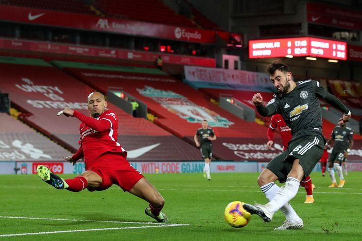Bruno Fernandes, leikmaður Manchester United, reynir skot að marki Liverpool í leik liðanna fyrir viku. Fabinho er til varnar.
