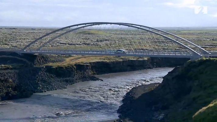 Nýja brúin yfir Eldvatn hjá Ásum en búist er við hlaupið nái hámarki þar á morgun.