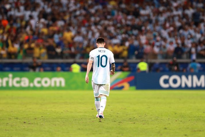 Lionel Messi gengur af velli í nótt.