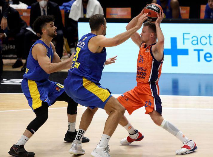 Martin með boltann í leik gegn Maccabi Playtika Tel Aviv í EuroLeague.