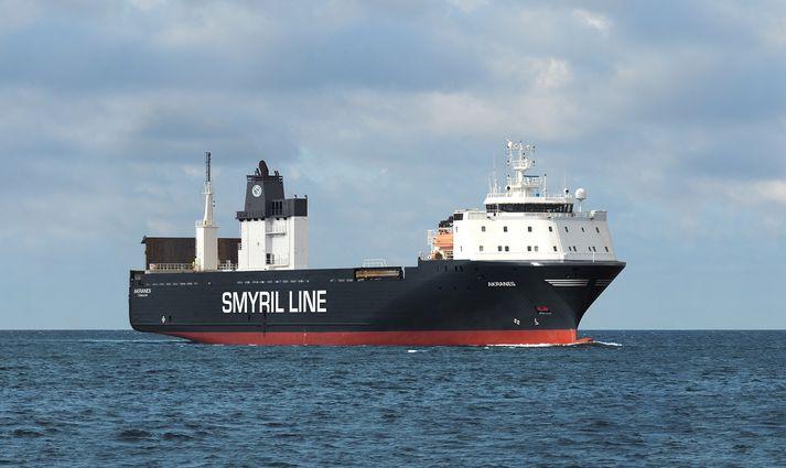 Skipið er 138 metra langt, 23 metra breitt, 10.000 tonn og tekur 100 vöruflutningavagna í hverri ferð.