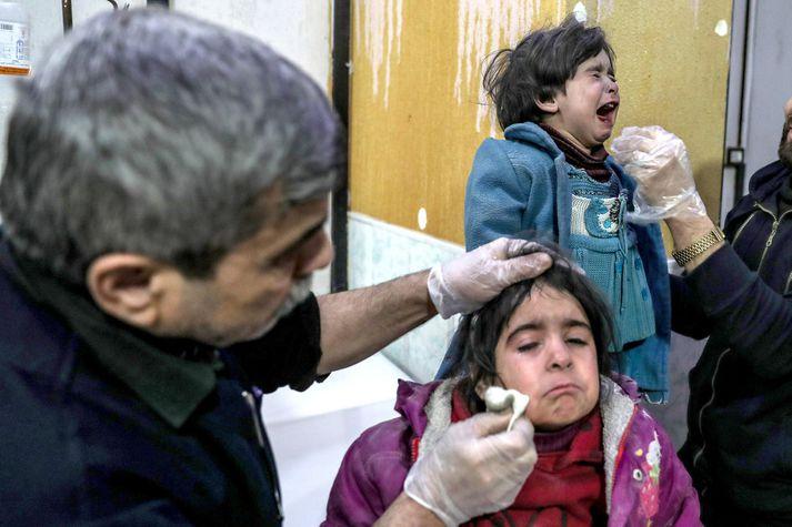 Börn fá aðhlynningu á bráðabirgðasjúkrahúsi í Austur-Ghouta eftir árásir Assad-liða.