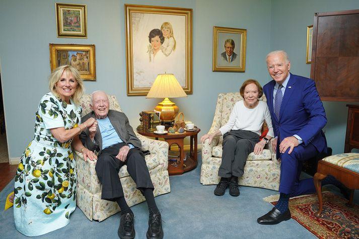 Myndin sem vakti kátínu og furðu netverja, frá vinstri: Jill Biden, Jimmy Carter, Rosalynn Carter og Joe Biden.