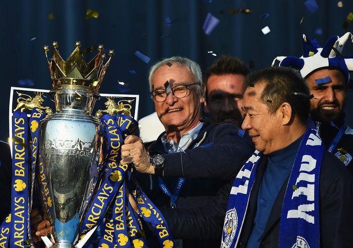 Vichai Srivaddhanaprabha fagnar Englandsmeistaratitlinum með Claudio Ranieri í maí 2016.