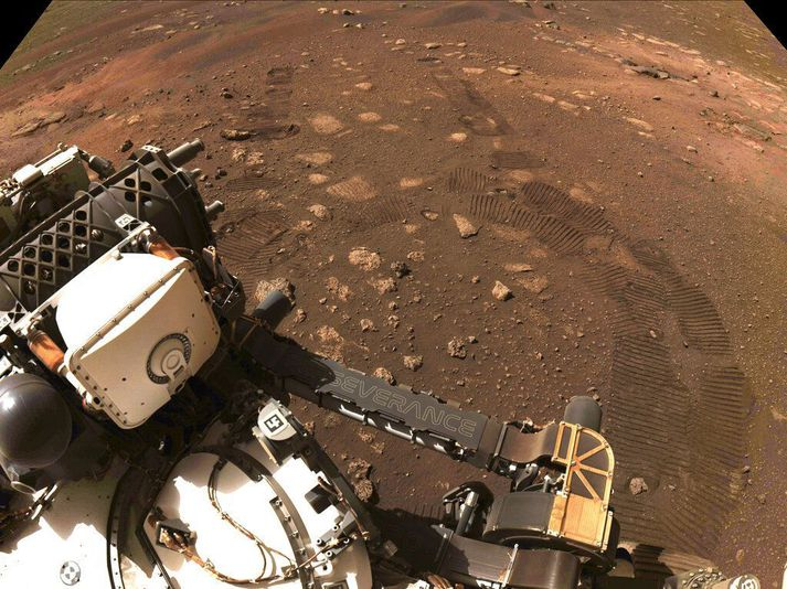 Hjólför eftir Perseverance í sandinum á Mars 4. mars 2021.
