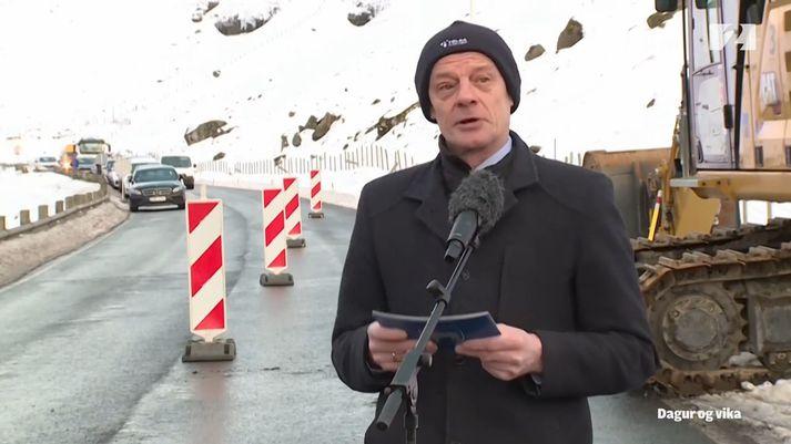 Jørgen Niclasen, fjármála- og samgönguráðherra Færeyja, tók fyrstu skóflustungu með vinnuvél.