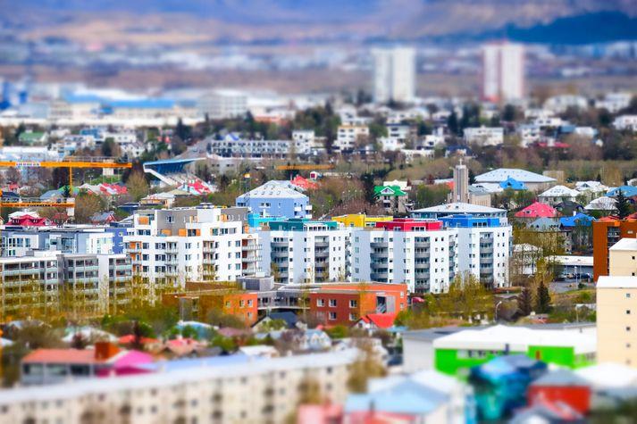Hæsta leiguverðið fyrir tveggja herbergja íbúðir er í austurhluta Reykjavíkur og hæsta verðið fyrir þriggja herbergja íbúðir er í vesturhluta borgarinnar, en miðborg Reykjavíkur telst til vesturhlutans samkvæmt Hagsjánni.