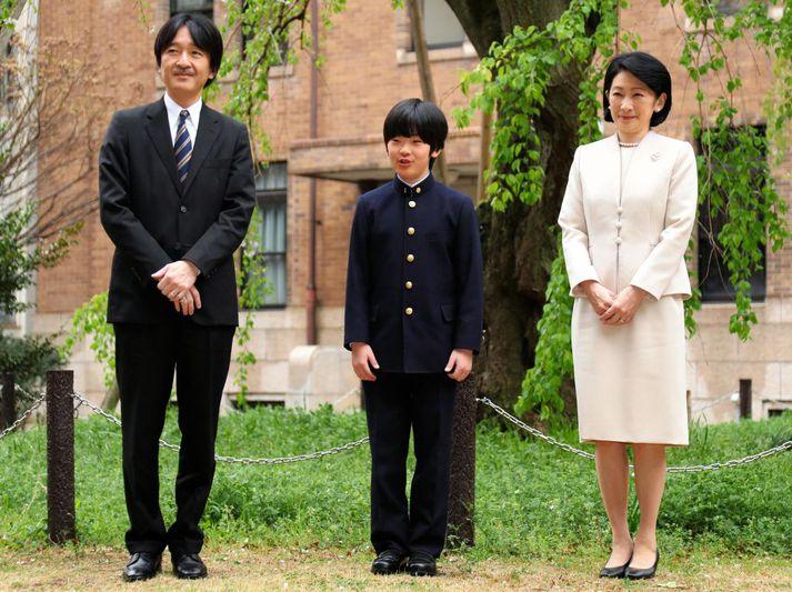 Hishahito prins ásamt foreldrum sínum, prinsinum Akishino og Kiko prinsessu, fyrir utan grunnskólann hans í Tókýó.