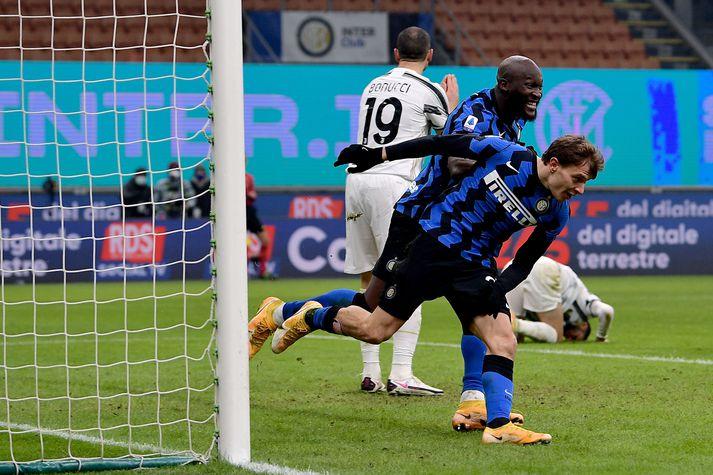 Nicolo Barella og Romelu Lukaku eftir að sá fyrrnefndi kom Inter í 2-0 gegn Juventus.