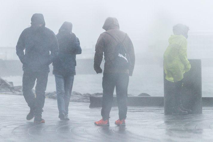 Björgunarsveitir voru komnar til síns heima fyrir miðnætti í gær, þrátt fyrir veðurofsann.