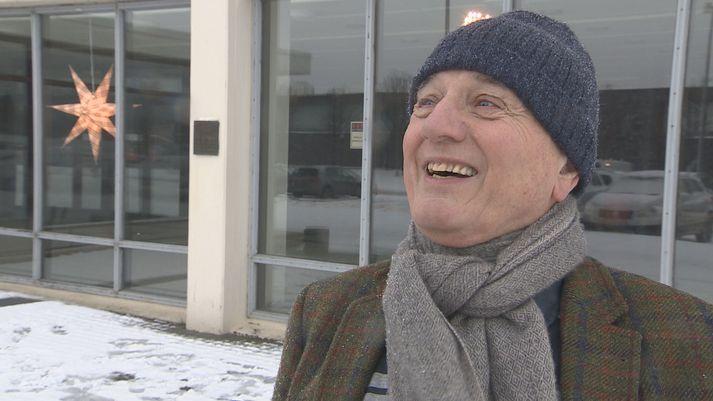 Guðmundur G. Þórarinsson við Laugardalshöll í dag. Hann var forseti Skáksambands Íslands árið 1972 þegar heimsmeistaraeinvígið fór fram. Minningarskjöld um atburðinn má sjá á súlunni fyrir aftan.