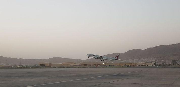 Fyrsta flugvélin í almennu farþegaflugi í langan tíma tekur á loft frá flugvellinum í Kabul í dag.