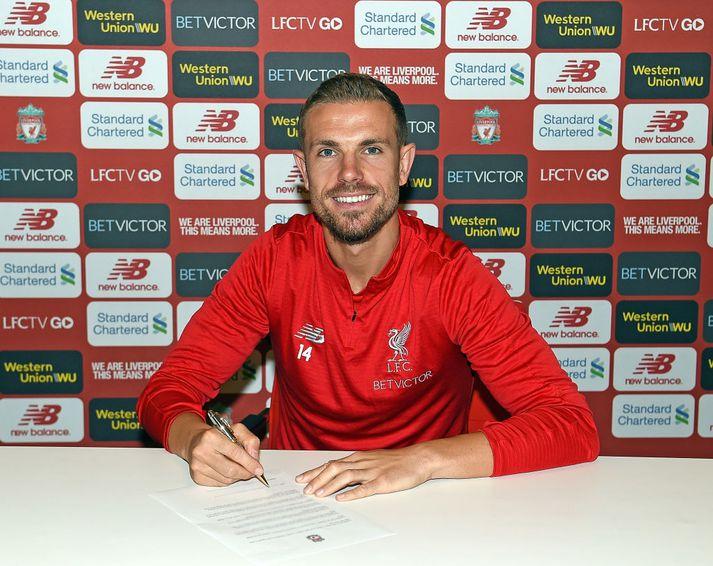 Henderson með pennann á lofti.