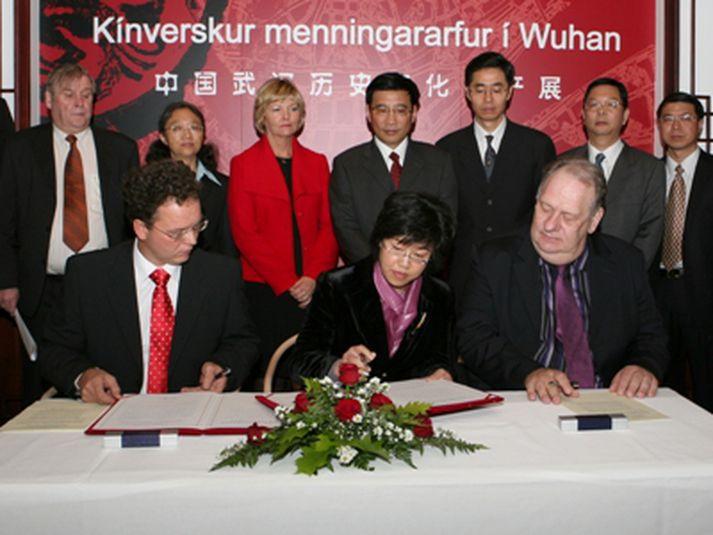 Ómar Stefánsson, Liam Peng og Gunnar I. Birgisson ásamt öðrum fulltrúm Kópavogs og Wuhan við undirritunina árið 2007.
