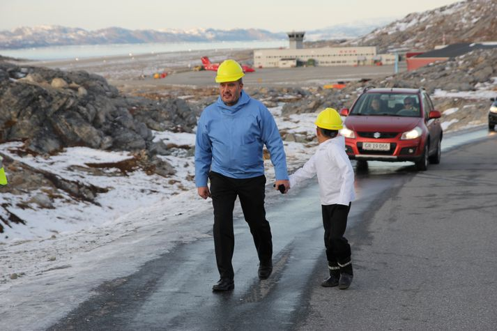 Kim Kielsen mætir á vettvang ásamt drengnum, sem horfir til baka á Nuuk-flugvöll. Núverandi braut er aðeins 950 metra löng en leggja á nýja 2.200 metra braut við hlið hennar.