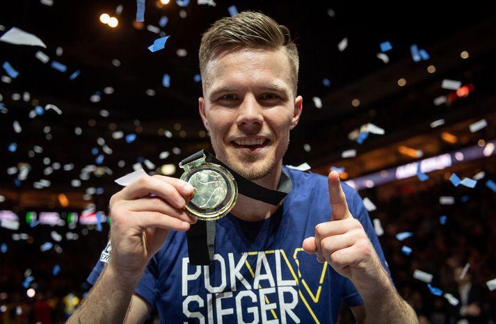 Martin ánægður með gullmedalíuna.