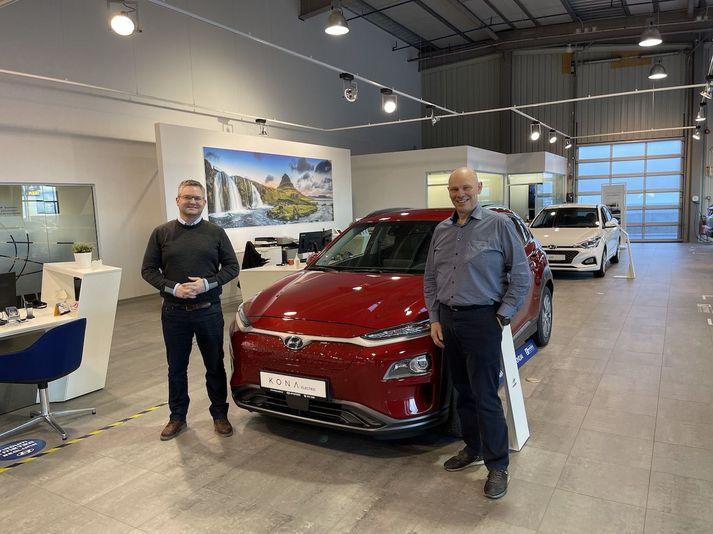 Pálmi Viðar Snorrason, aðstoðarframkvæmdastjóri Bílaleigu Akureyrar, og Heiðar J. Sveinsson, framkvæmdastjóri Hyundai á Íslandi, við nýjan Hyundai Kona EV.