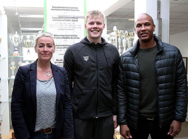 Kristinn ásamt Kristínu Örlygsdóttur, formanni körfuknattleiksdeildar, og Brenton Birmingham varaformanni.