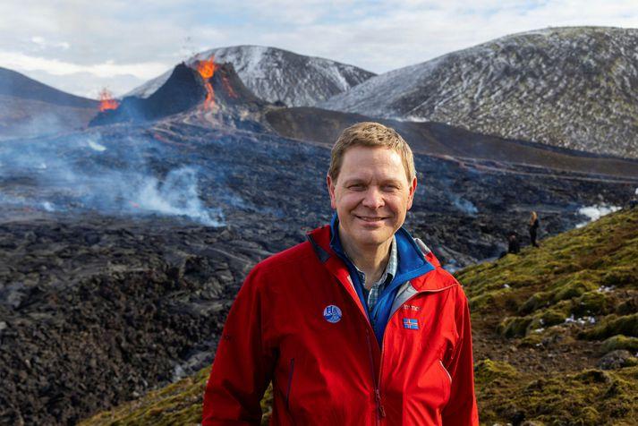 Magnús Tumi við gosið í Geldingadölum.