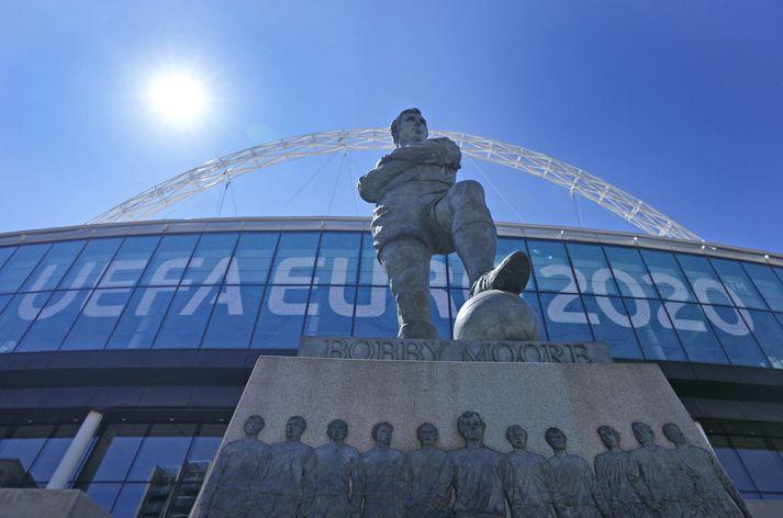 Bobby Moore styttan fyrir utan Wembley leikvanginn þar sem hann tók á móti HM bikarnum 1966 eftir sigur á Vestur Þjóðverjum í úrslitaleik.