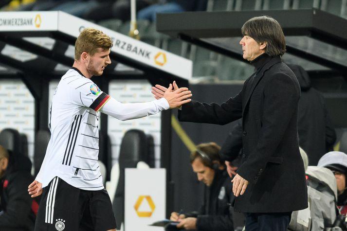 Joachim Löw tekur í spaðann á Timo Werner.