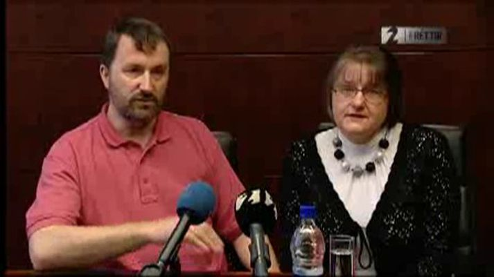 Mike og Beata Scott á blaðamannafundi í febrúar árið 2010. Beata átti erfitt með að tjá sig við fjölmiðla og grét mikið.