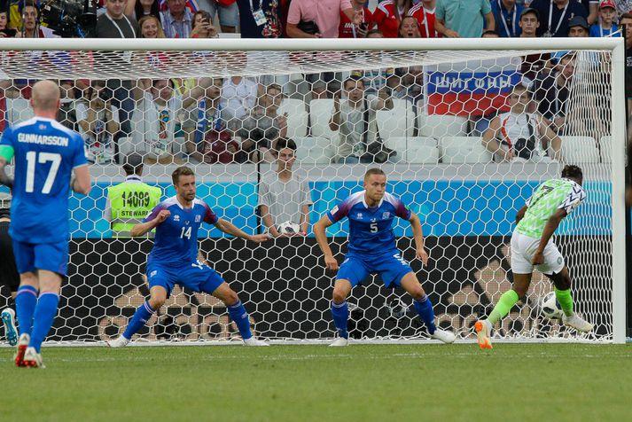 Ahmed Musa skorar seinna mark Nígeríu í 2-0 sigri á Íslandi eftir frábæran sprett upp vinstri kantinn.