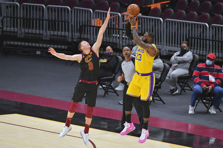 LeBron James héldu engin bönd gegn Cleveland Cavaliers.
