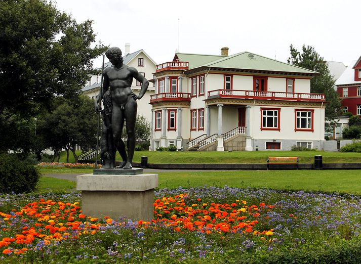 Hallargarðurinn er staðsettur á mótum Skothúsvegar og Fríkirkjuvegar. Í garðinum stendur hús Thors Jenssonar auk aðalbyggingar Kvennaskólans í Reykjavík.